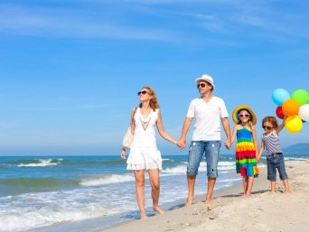 familia-a-orillas-de-la-playa